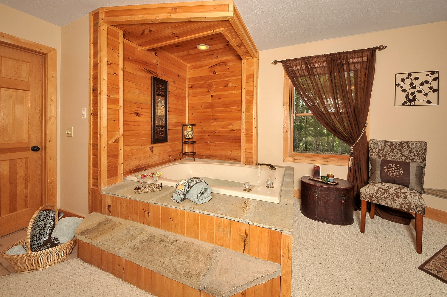 SMS-jacuzzi-main-level-bedroom