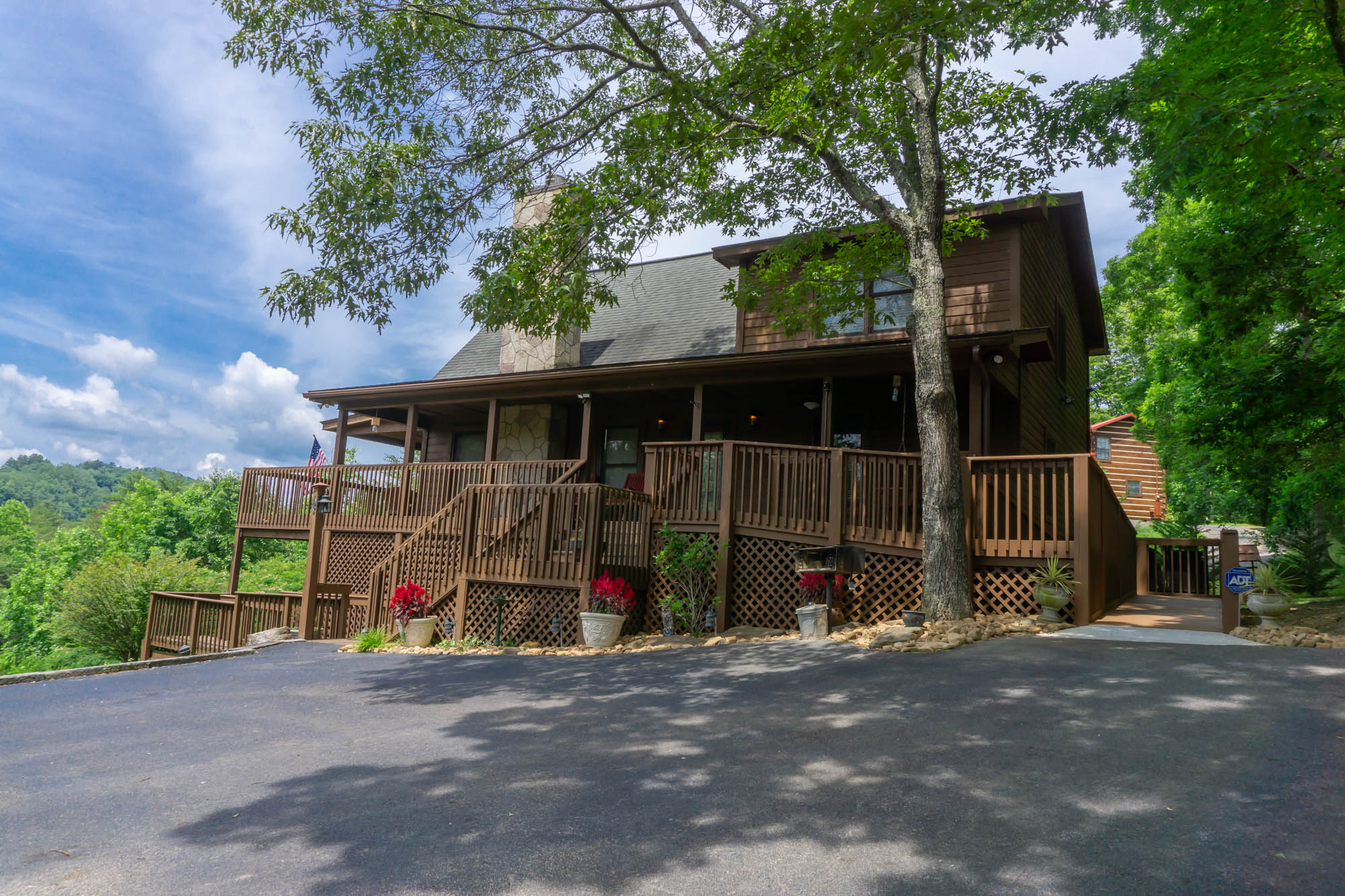 Smoky-Mountain-Splendor-cabin-from-parking-with-entrance-to-wheel-chair-ramp
